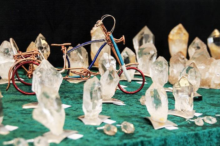 Kristalle, so weit das Auge reicht. Einige Strahler nutzten die Chance, um auch Handwerksarbeiten auszustellen.